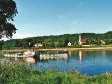"""Blick vom Kleinzschachwitzer Ufer vor unserem Grundstück über die Elbe zur Kirche """"Maria am Wasser"""""""