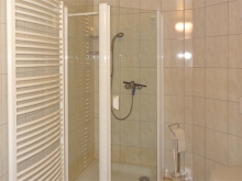 Bad mit Dusche, WC und Waschbecken im Erdgeschoss