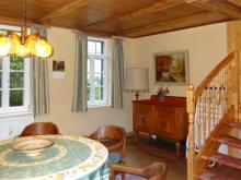 Wohndiele für geselliges Beisammensein im Erdgeschoss mit Aufgang zum Obergeschoss