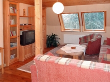 wgemütliches Wohnzimmer mit Couch und TV im Obergeschoss - Ferienhaus Familie Freitag in Dresden