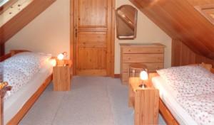schlafzimmer im obergeschoss mit zwei getrennten betten