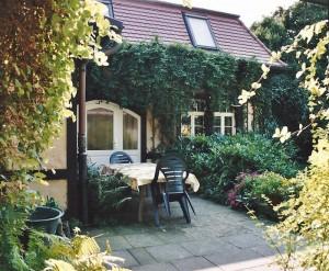 ferienhaus fam. freitag in dresden - terrasse des ferienhauses direkt am üppigen garten