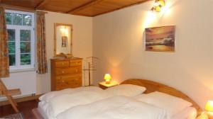schlafzimmer im erdgeschoss mit doppelbett